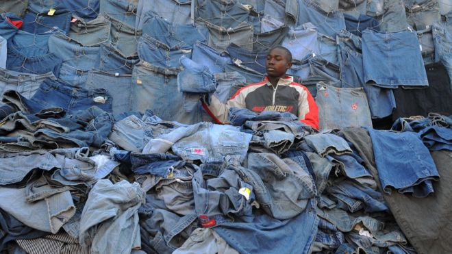 El país africano que se enfrenta a EE.UU. ¿Por qué no quiere su ropa usada?