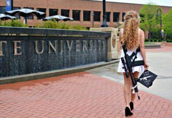 La chica que uso un rifle para las fotos de graduación