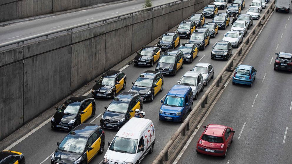 Marcha lenta de taxistas en Barcelona